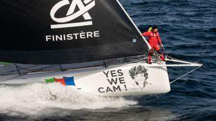 Jean Le Cam, en la proa de su velero de clase IMOCA.   JEAN-MARIE LIOT...