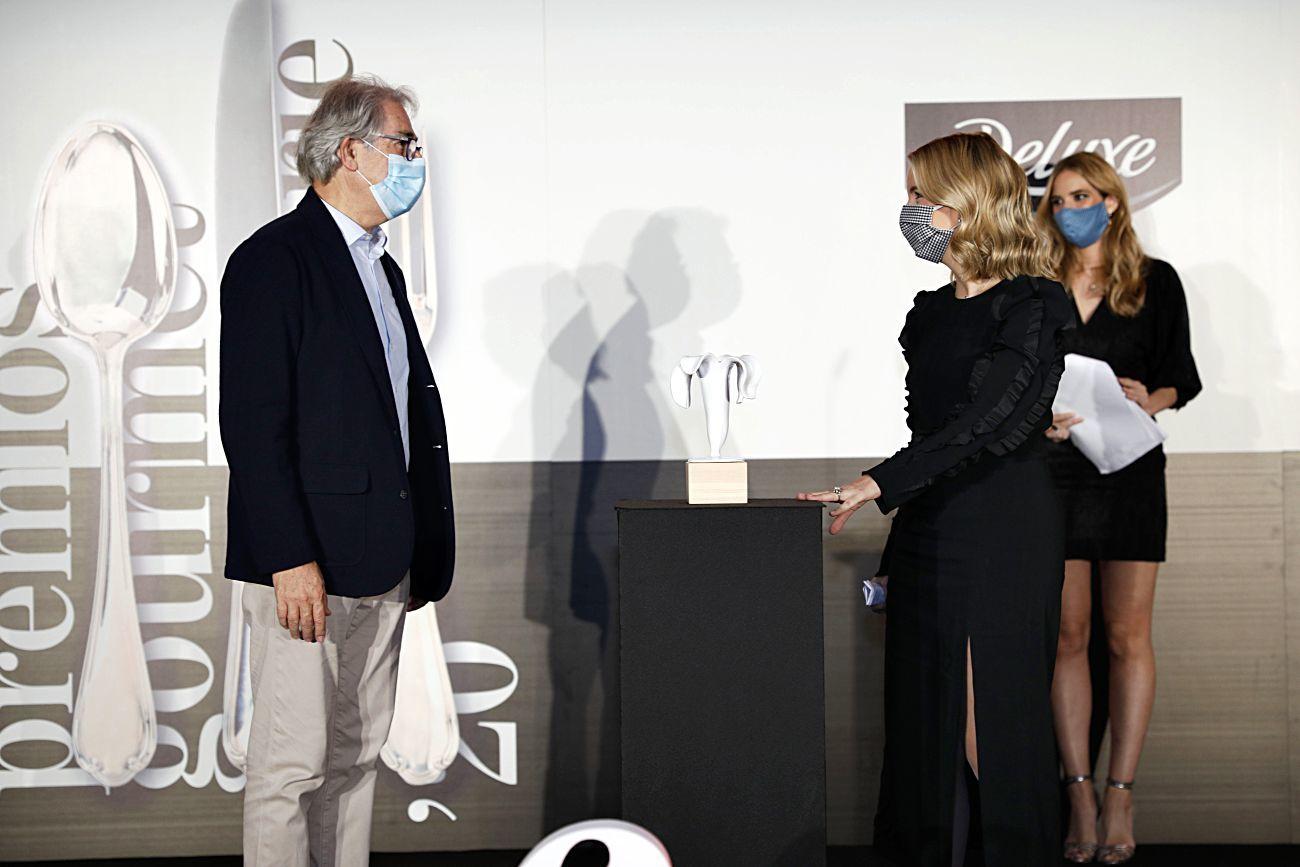 Antonio Fernández-Galiano entrega el premio a Cristina Oria.