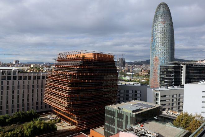 A la izquierda, el edificio de vidrio y tonos oxidados que diseñó Enric Batlle para ser la sede de la Comisión del Mercado de las Telecomunicaciones (CMT). A la derecha, la Torre Glòries.