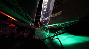 El IMOCA Seaexplorer, avanzando en el Atlántico en plena noche.  ...