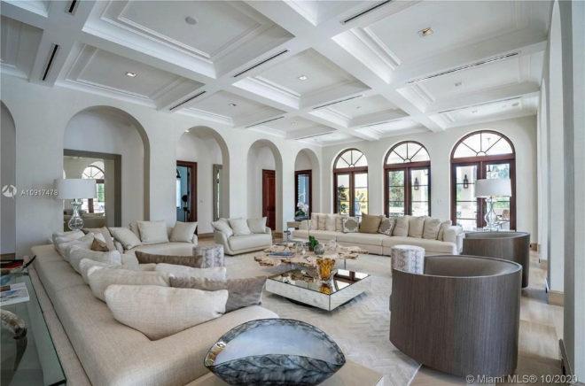 Amplia sala de estar, en la que predominan los tonos claros.