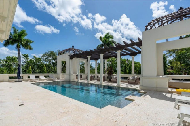 Amplia piscina exterior y climatizada con arcos en forma de columnata.
