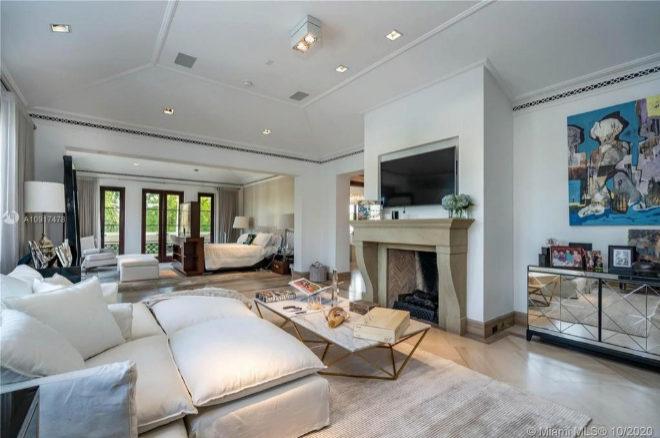 La suite principal, con balcón, incluye una sala de estar con chimenea y dos baños.