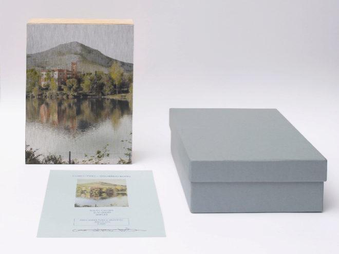 Uno de los óleos de tamaño 20x15x6cm presentado con su certificado de autenticidad y envuelto con elegancia en una caja de cartón gris.