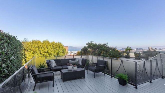 Desde la terraza superior se tiene acceso visual a dos de los monumentos más famosos de la ciudad, el puente Golden Gate y la isla de Alcatraz.
