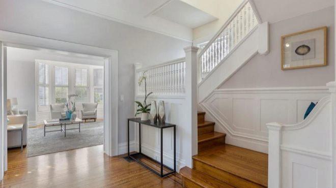 Los suelos son de madera con incrustaciones originales, ventanas de vidrio emplomado y una escalera en forma de zigzag.