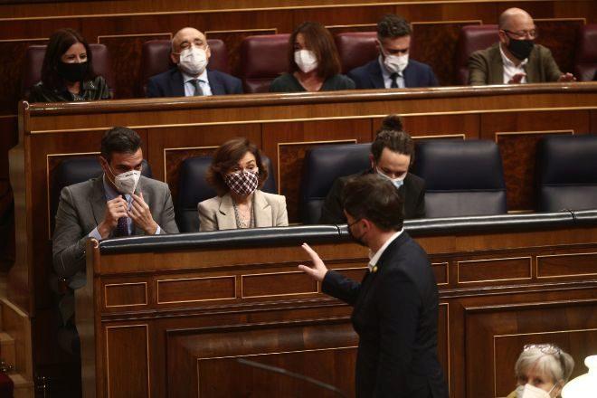 El portavoz parlamentario de ERC, Gabriel Rufián (abajo), saluda al presidente del Gobierno, Pedro Sánchez (1i), a la vicepresidenta primera del Gobierno, Carmen Calvo (2i) y al vicepresidente segundo, Pablo Iglesias (1d) de camino a la tribuna de oradores del Congreso de los Diputados, la semana pasada durante el Pleno que aprobó el proyecto de Presupuestos Generales del Estado para 2021.