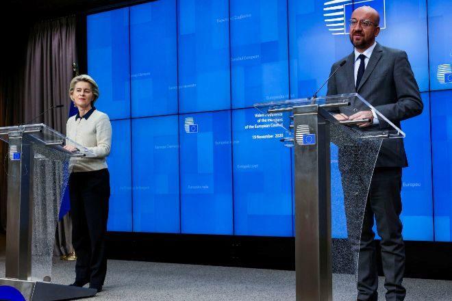 La presidenta de la Comisión Europea, Ursula von der Leyen, junto al presidente del Consejo Europeo, Charles Michel.