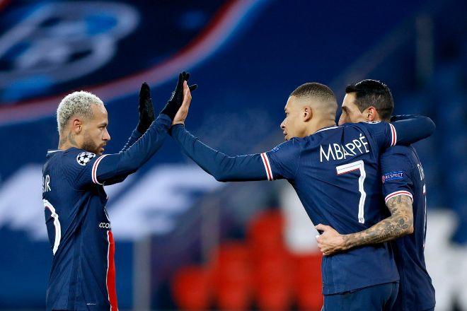 El jugador del Paris Saint-Germain, Kylian Mbappe (C), celebra un gol junto a sus compañeros, Neymar (i) y Di Maria.