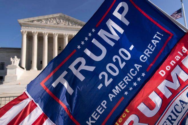 Una bandera a favor de Trump ondea frente al Tribunal Supremo.