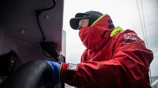 El tripulante Matthieu Vandame, a la rueda del maxitrimarán...