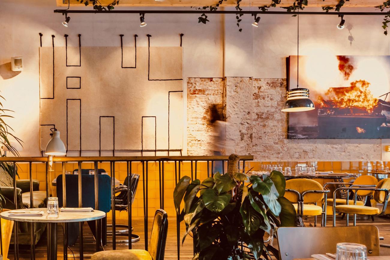 Sentarse en un comedor con estética rabiosamente industrial, que...