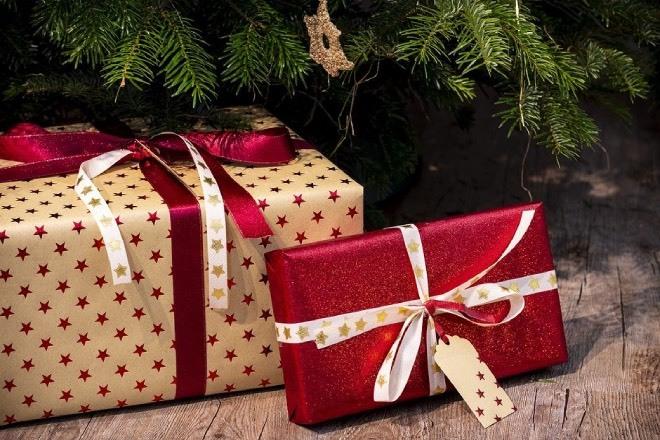 Ideas originales para regalos de menos de 30 euros: este conjunto de corbatas y pañuelos a juego, un set de coctelería, un smartwatch...