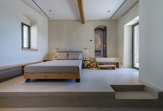 Uno de los tres dormitorios de la casa en cuya decoración se ha apostado por la desnudez.