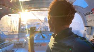 Thomas Ruyant observa por la popa de su IMOCA en una imagen enviada a...