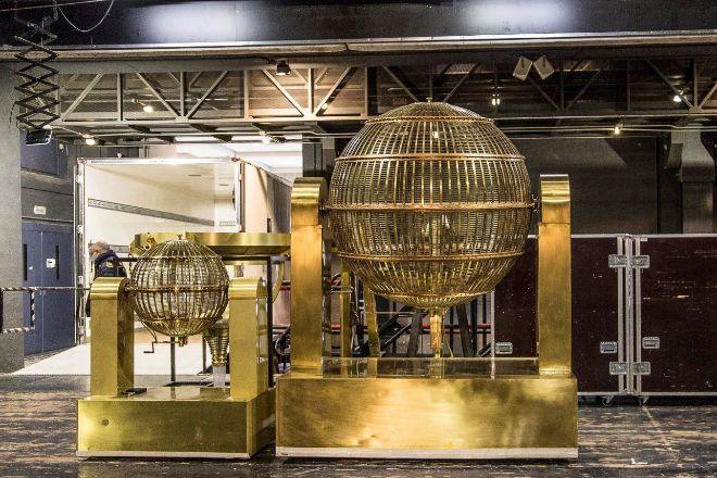 Los bombos del sorteo Extraordinario de Lotería de Navidad ya están en el Teatro Real desde el martes.