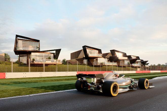 Hay una experiencia más exclusiva para seguir un Gran Premio de Fórmula 1 que los 'boxes' VIP: tener tu propia casa. Savills; comercializa estas viviendas de diseño en pleno circuito de Silverstone; (en Northamptonshire, Reino Unido). Cada una de las 60 residencias, que están a 12 metros de la barrera de seguridad, dispone de entre dos y cuatro habitaciones y de garaje para guardar el Ferrari, como no. Una oportunidad de inversión cuyos precios varían según la ubicación de los apartamentos y, por tanto, de las vistas: desde 650.000 euros hasta 1,65 millones de euros
