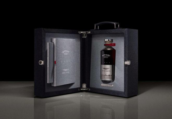 La caja que guarda la botella es también una obra de arte en sí misma. El interior viene forrado con la mejor piel de becerro, mientras que el exterior se completa con un cierre y unas bisagras de latón macizo.