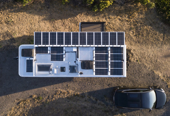 Las placas solares del techo a vista de dron.