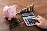 Monedas, hucha y calculadora