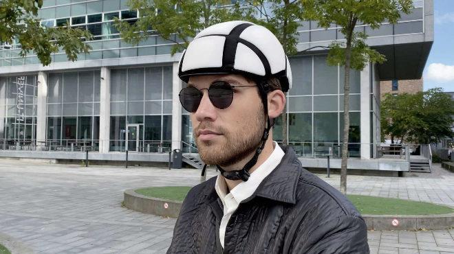 El casco es ideal para gente urbanita que hace uso de las e-scooters compartidas y permite al usuario llevarlo siempre consigo.