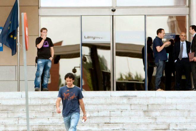 Varios empleados, en la sede del Gobierno vasco, en Lakua.