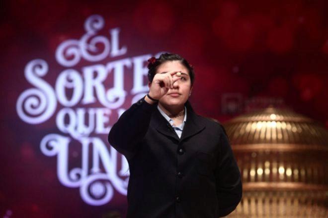 Una de los niñas de la residencia de San Ildefonso, Yanisse Alexandra Soto Rivera canta uno de los quintos premios de la Lotería de Navidad.