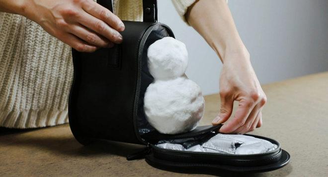 Cuenta con bandeja extraíble para guardar y sacar el muñeco de nieve.