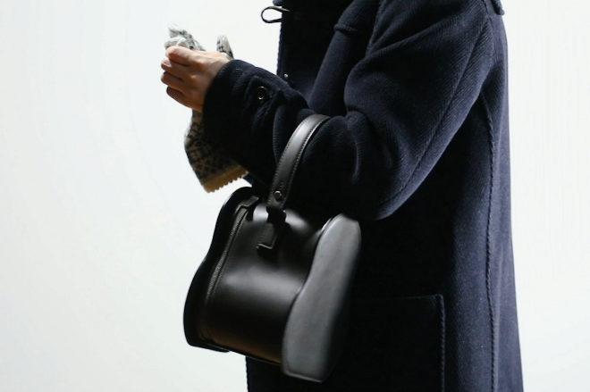 El bolso adquiere la silueta del muñeco para llevar en el brazo.