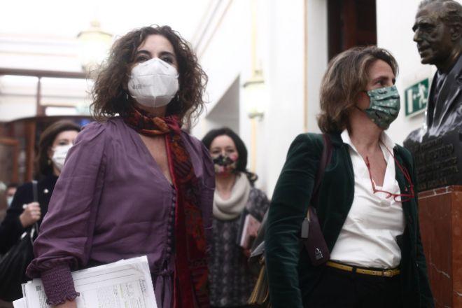 La ministra de Hacienda, María Jesús Montero, y la vicepresidenta cuarta y ministra para la Transición Ecológica, Teresa Ribera.