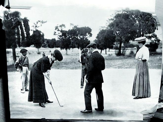 La princesa Beatriz  de Orleáns jugando al golf en La Granja, en octubre de 1907. En la localidad segoviana se fundó en 1884 el Club de Campo El Tiro, famoso por sus fiestas de verano.