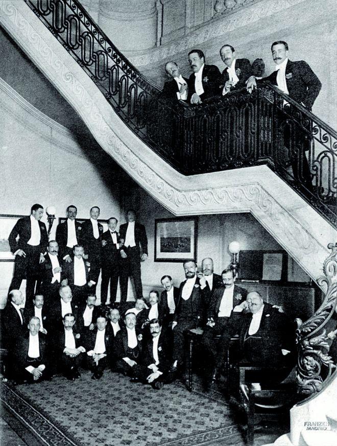 Socios en la escalera del Nuevo Club en 1905. Se fundó en 1888 con carácter deportivo. Fue el primer club en disponer de un edificio propio. Se ubica en la calle de Cedaceros, 2, en Madrid.