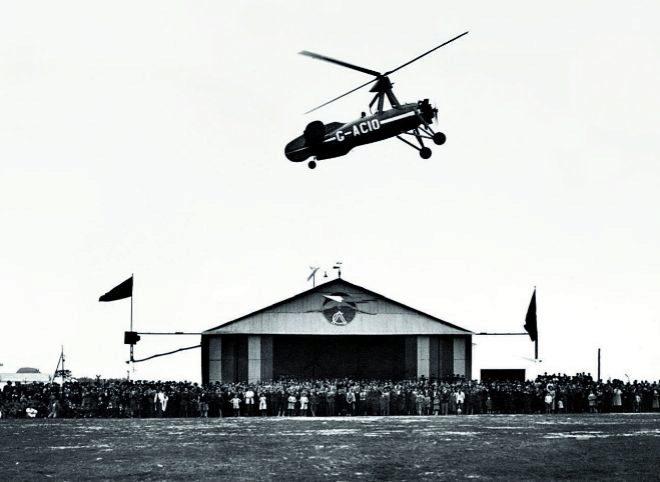 """Un autogiro, pilotado por Juan de la Cierva, sobrevuela el hangar del Real Club de Andalucía """"El Aero"""" en Tablada, Sevilla, durante un festival el 24 de febrero de 1934."""