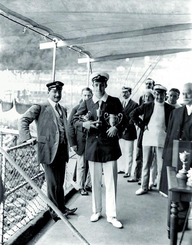 El rey Alfonso XIII en la terraza del Club Náutico de Santander en 1908.