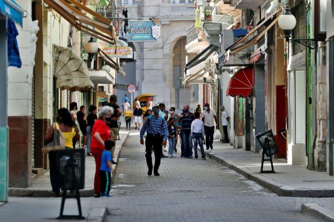 Varias personas caminan por una calle en La Habana (Cuba).