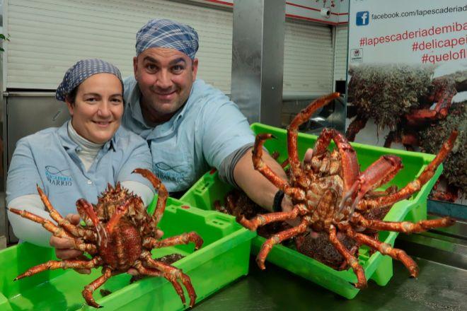 Chema y Bea regentan La Pescadería de mi Barrio en el mercado de Vigo.