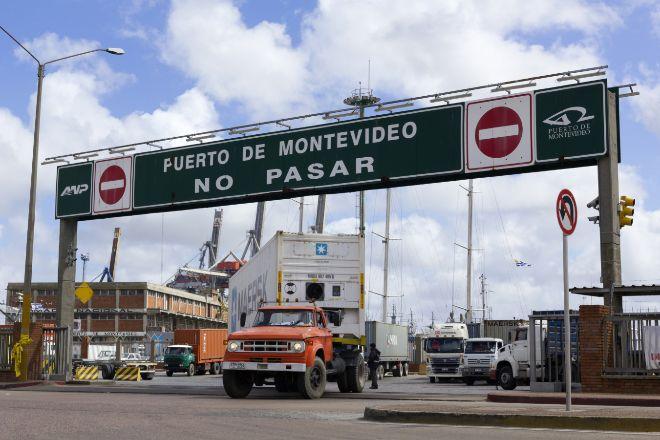 Un camión abandona el puerto de Montevideo; el comercio exterior es una de las palancas económicas del país.
