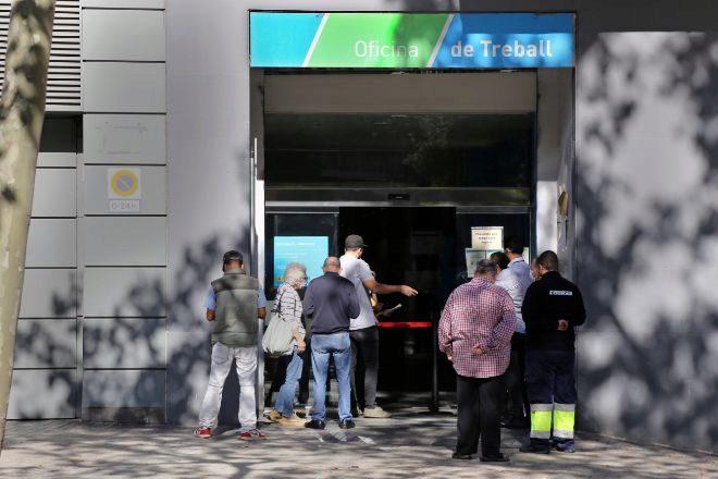 Casi 110.000 personas se han incorporado a las listas del paro en el último año. En la imagen, colas frente a una oficina de empleo de la Generalitat el pasado septiembre.