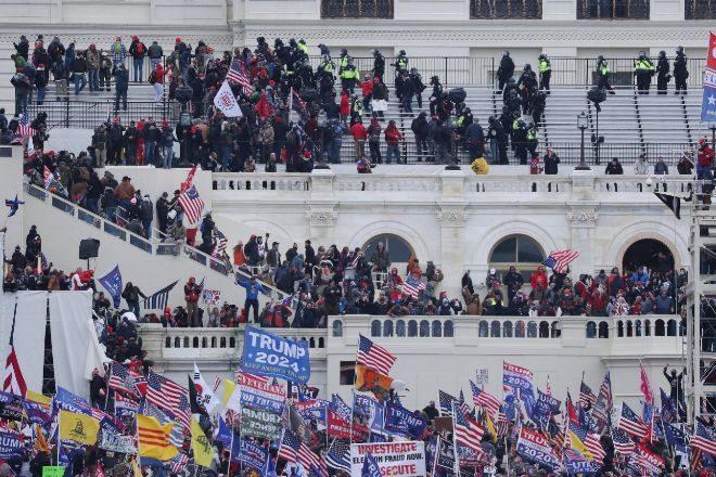 Seguidores de Donald Trump irrumpen en el Capitolio de los Estados Unidos.