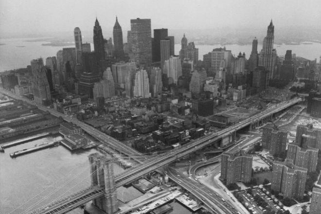 Vista aérea de Manhattan en 1967. Delante de los rascacielos, se extiende el barrio de baja altura, levantado en el siglo XIX y pegado al puente de Brooklyn, con algunas manzanas ya derribadas.