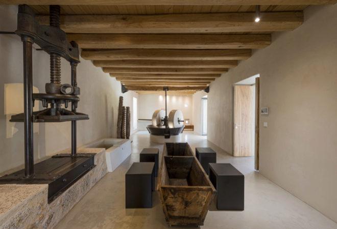 En la planta baja se ha mantenido el equipamiento original del antiguo molino de aceite que data de 1850.