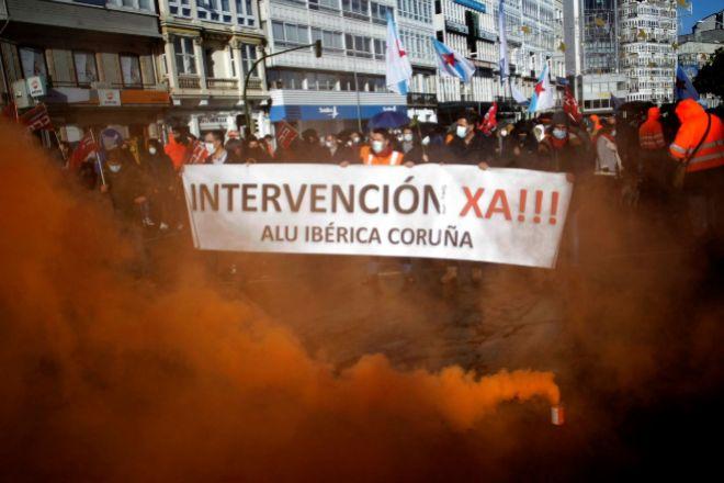 Más de un centenar de empleados de Alu Ibérica A Coruña han participado este sábado en una manifestación para exigir la intervención de la fábrica.