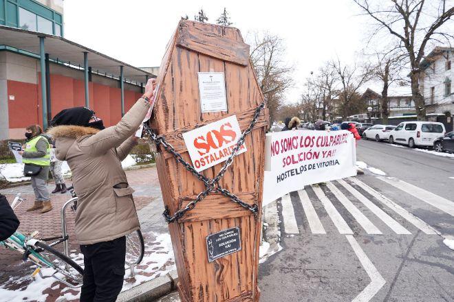 Hosteleros se manifiestan este lunes frente a la sede de Lehendakaritza, mientras estaba reunido el LABI para dictar más restricciones.