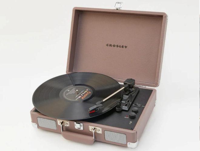 El tocadiscos Crosley Cruiser Deluxe color rosado.
