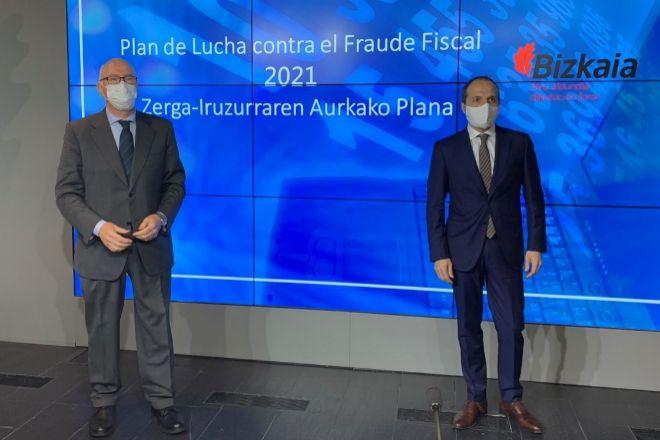 El diputado de Hacienda de Bizkaia, José María Iruarrizaga (izquierda), y el director, Iñaki Alonso, han prresentado este martes el plan de lucha contra el fraude fiscal.