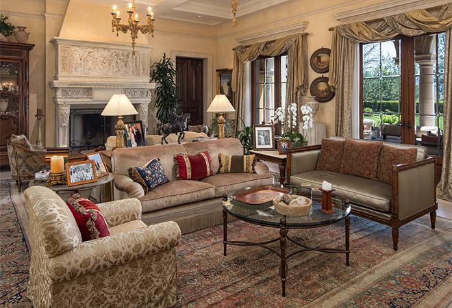 Construida en 1998 por el arquitecto William Hablinsky, famoso por diseñar las mansiones de muchas celebrities, combina elementos arquitectónicos históricos con estilos de vida modernos.