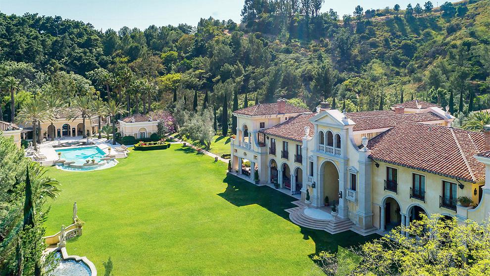 La propiedad tiene una extensión de 10 acres y está colmada de exuberantes palmeras canarias, además de limoneros. Y tiene hasta un paseo diseñado para poder practicar jogging sin salir de allí.