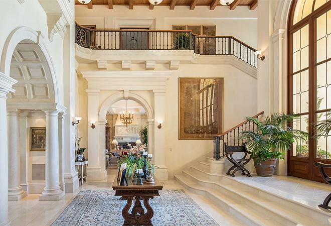 La mansión dispone de diferentes estancias amplias y cómodas para reuniones familiares, dotadas con chimeneas, balaustradas, suelos de mármol y piedra, techos abovedados y puertas arqueadas.
