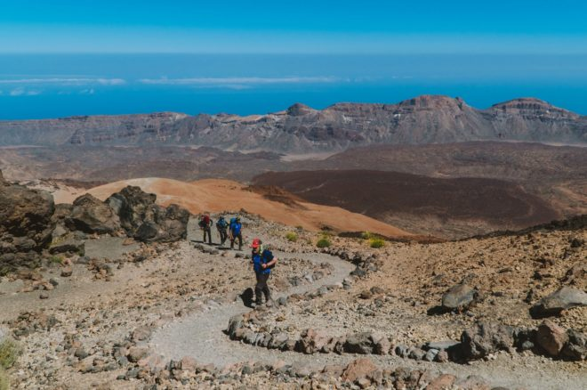 Un grupo de excursionistas llegando a pie hasta Montaña Blanca en un tramo de la Ruta 040.