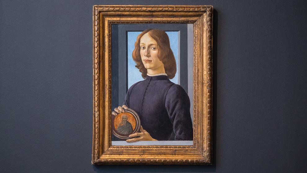 """""""Hombre joven sujetando un medallón"""" de Botticelli"""
